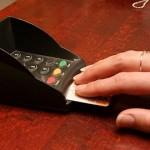 Narva poes kopeeriti kümnete inimeste pangakaardi andmeid