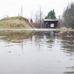 Liigvesi on hävitanud nii aia kui kodutee