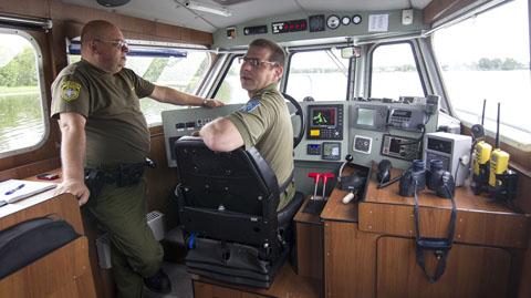 Piirivalve üleminspektor Jaanus Kiik piirivalvekaatri roolis.  Laevuke võtab pärivoolu oma 30 sõlme välja ning selle väärtusest rohkem kui poole moodustab kallis tehnika.