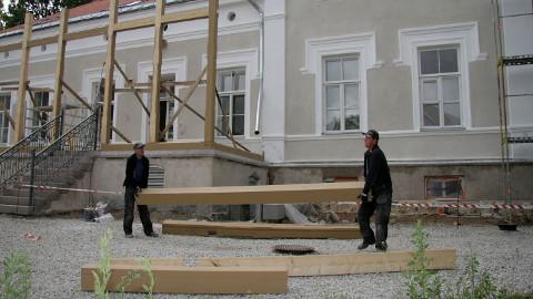 Hoone esiküljel on fassaaditööd juba tehtud ning alustatud veranda ehitamist.