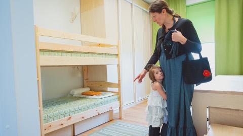 Kolmes ülimoodsas Narva peremajas jääb alles kasvatajate süsteem, nagu see oli ka endises lastekodus. Kasvatajate asendamisega perevanematega otsustati esialgu viivitada. Pildil olev laps ei ole selle asutuse kasvandik.
