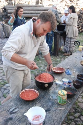 """Läinud nädalavahetusel oli Ivo Posti agaralt ametis ka põhjaõues toimunud hoidiste festivalil """"Suvi purki""""."""