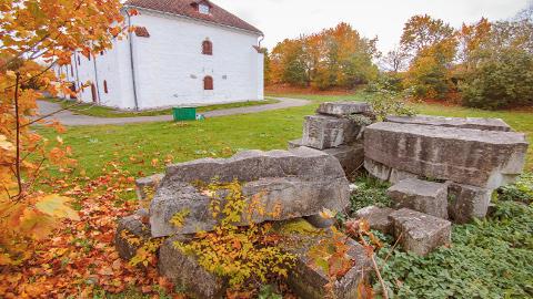 Jaak Soansi skulptuur, mis oli osa Eesti töörahva kommuuni auks püstitatud monumendist, vedeleb 2008. aastast Narva muuseumi kunstigalerii hoovis.