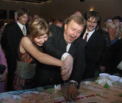 10 aastat tagasi − Jõhvi kontserdimaja direktor Piia Tamm ja Eesti Kontserdi toonane pealik Aivar Mäe avamispäeva torti lahti lõikamas.