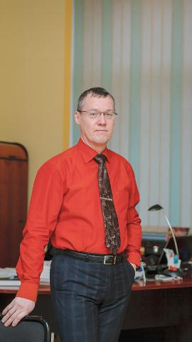 Tarmo Tammiste vabastas Narva linnavolikogu esimehe kabineti ning naasis talle juba ammusest ajast tuttavasse linnapea ametisse.