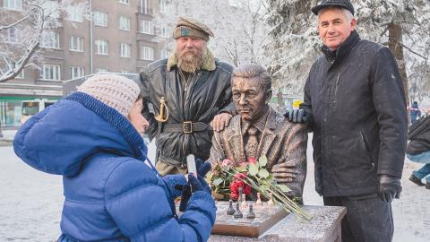 """Skulptor Aivar Simson ja ettevõtja Aleksandr Brokk lasid endast oma töövilja taustal pilti teha. Tühja koha mängulaua taga hõivasid kordamööda mälestusmärgi avamisele tulnud narvalased. Simson kinnitas kohalviibinutele, et pani Kerese skulptuuri kogu oma hinge. Selle peale hüüti rahva seast """"Aitäh!"""" ning kõlas tormiline aplaus."""
