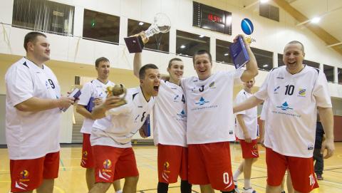 Kiviõli/Lüganuse mängijate rõõmupidu − karikafinaalis alistati kindlalt favoriit Toila.