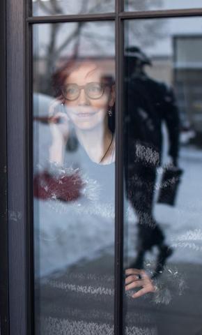 """Tiina Mälbergil on kindlasti sügavusi, millest ei teata, aga samas ei maksa neid segamini ajada tema tegelaskujuga filmis """"Ema"""", mis esilinastus 7. jaanuaril Jõhvi kontserdimajas."""