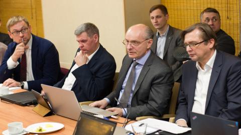 Peep Peterson (vasakul) leidis, et ametiühingud peaksid koos tööandjatega otsima võimalusi, kuidas Ida-Viru inimestele töökohad säilitada.