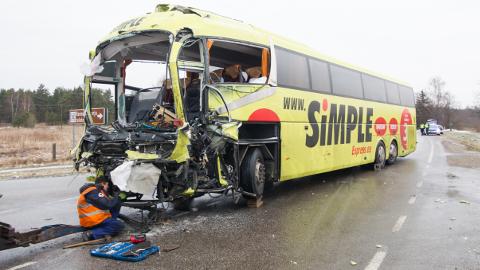 Õnnetuse käigus rammis veoki järelkäru reisibussi esiosa, mille tagajärjel hukkus bussijuht.