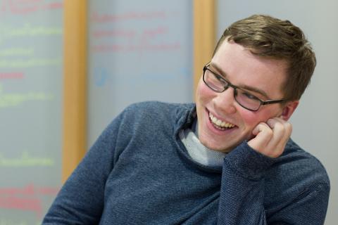 Kiviõli 1. keskkooli ajaloo ja ühiskonnaõpetuse õpetaja Jüri Käosaar kinnitab, et lahkus esimesel tööpäeval naeratusega, mis ei tahtnud näole äragi mahtuda. See naeratus pole ka poole aasta järel kuhugi kadunud.
