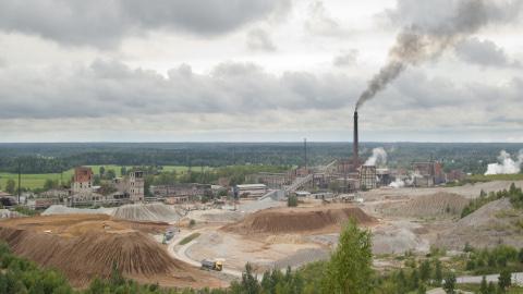 Kiviõli Keemiatööstus võitleb madala naftahinna vastu vähendatud tööjõukuludega. See aitab tehast ka kriisiperioodil käigus hoida.