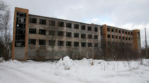 Aastal 2007 kavatses Kohtla-Järvel Järveküla teel asuva endise ehitustrusti kontori ostnud firma selle hotelliks ja büroohooneks ehitada; tegelikkuses laguneb hoone aasta-aastalt üha õnnetumaks.