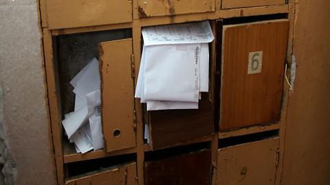 Kohtla-Järvel Vahtra 23 asuva maja mõnedest postkastidest pole ammu mitte keegi ühtegi arvet välja võtnud.