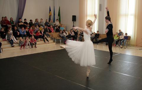Sillamäe lapsed vaatasid eile hiirvaikselt ja suuri silmi, kuidas Estonia balletisolistid Heidi Kopti ja Jevgeni Grib tantsisid.