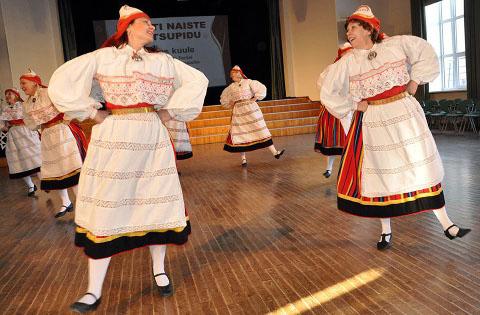 Jõhvi naisrühm Gevi (pildil) ja Tammiku naisrühm tantsivad II Eesti naiste tantsupeol N1 rühmaliigis, kuuludes Eesti naisrahvatantsurühmade tippude hulka.