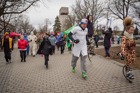 Ida-Virumaa jooksuhooaja sisse juhatanud Narva Lõbusa jooksu eripäraks on, et osalejad on rajal põnevates kostüümides.