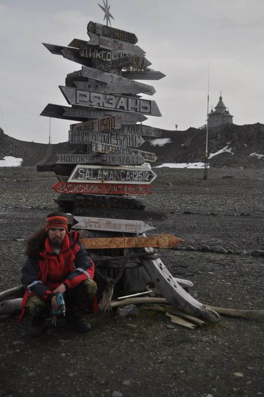Ilja Jožikov valmistas Antarktises suunaviida, mis teavitab, et kodulinna Narvani on 15 380 kilomeetrit.