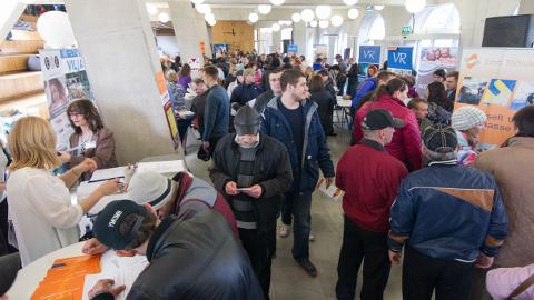 Märtsi lõpuks oli Ida-Viru tööpuudus kasvanud 12,4 protsendini ja töötute arv ulatus juba  8000 lähedale. Töötukassa hiljuti Narvas korraldatud töömessi vastu oli tohutult suur huvi. Kuid praegu on maakonnas pakkuda vaid 600 töökohta.