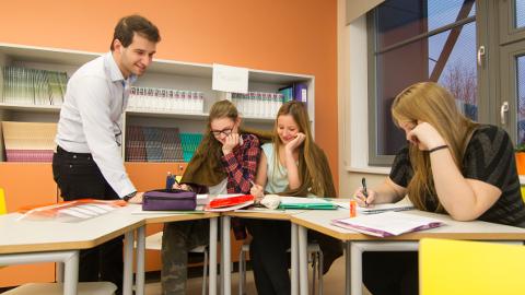 Sel õppeaastal õpetas Jõhvi gümnaasiumis inglise keelt ka kaks brasiillast. Neist üks − Gustavo Rodrigues − ilmselt jätkab. Tema kõrvale otsitakse maailma suurima tudengiorganisatsiooni AIESEC kaudu teist välismaalast.