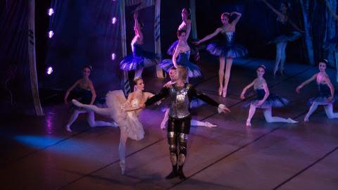 Kirill Furman tundus Jõhvi laval lausa aukartust äratav − Don Quijote'i rolli oli valitud teatri kõige pikem tantsija.