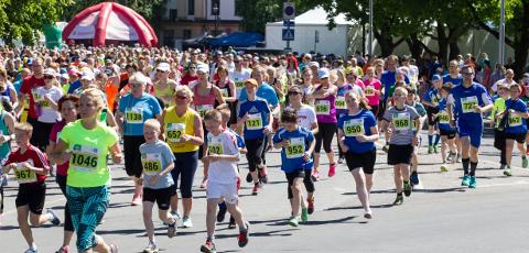 Kui varasematel aastatel on jooksjad lähetatud rajale Peetri platsilt, siis sel aastal on nii stardi- kui finišipaik esimest korda Narva jõe ääres Joaorus uue rannahoone kõrval.