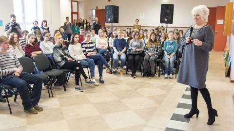 """Tänavu aprillis tehtud fotol, kus välisminister Marina Kaljurand kohtub  Kohtla-Järve Järve vene gümnaasiumi õpilastega, ei hakka silma ühtegi noort, kel oleks seljas särk kirjaga """"CCCP""""."""