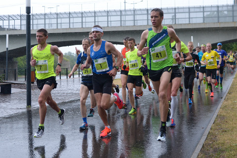 Tugevat vihma kallas kogu võistluse ajal. Poolmaratoni võitja Tiidrek Nurme (nr 1) kadus konkrentidelt eest õige pea pärast stardipauku.