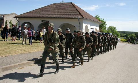 """""""Me leegion sammub ja kindel on ta rüht, / sest kohustus püha meil täita. / Eesti tulevik, see meie kõikide siht, / mille eest tuleb surra või võita. /  Siin rahvas rahvale ulatand on käed / ja ühiselt kantakse raskust. / Küllap vaenlasel igavest meelde nüüd jääb / meie relvade hävitav vastus,"""" kõlas Eesti Leegioni marsilaul."""