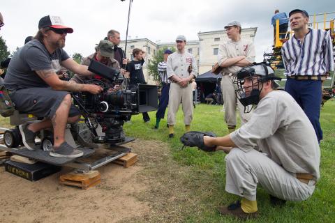 """Juba mõnda aega väärib Ida-Virumaa filmimaakonna nime. Just äsja toimusid Sillamäel suure hulga vabatahtlike osalusel suurfilmi """"Igitee"""" võtted."""