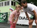 Aivar Luud on Iisaku staadionil just äsja lõpetanud 24 tundi kestnud üle 206 km pikkuse jooksu. Esimene, kes teda õnnitles, oli tema oma tütar.