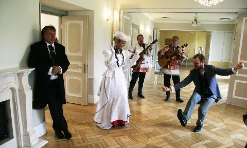 Eduard Salmistu, Ülle Lichtfeldt ja Madis Mäeorg juhatasid eile sisse Kukruse kuuenda teatrisuve.