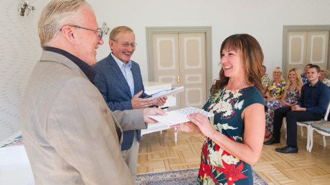 Tiiu Sepp võttis Arvi Altmäelt ja Arno Rossmanilt tänu vastu Toila pargis asuva kauni Valgevilla eest.