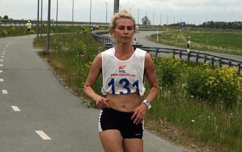 Ida-Virus toimuvatel jooksuvõistlustel on Hillevi Velba tänavu noppinud hulganisti võite. Nüüd tuli vägev saavutus ka Eesti meistrivõistlustelt − maratoni pronksmedal.