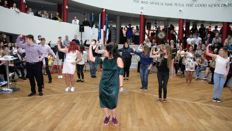 Teist õppeaastat alustanud Jõhvi riigigümnaasiumi õpilased esitasid aktusel taidlusnumbri, mille õppisid gümnaasiumi suvelaagris Remnikul. Sel aastal asub koolis õppima 374 gümnasisti.