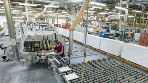 Mööblitehase TNC-Components 20 000 ruutmeetri suurune tootmishall ja ladu asuvad Kävas. Lõviosa seal toodetud mööblikomponentidest, köögi- ja vannitoamööblist läheb Skandinaavia turule.