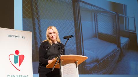 Eva Lillemaa rääkis Ida-Viru keskhaigla konverentsil, kuidas õiguskantsleri büroo jälgib patsientide põhiõigustest kinnipidamist. Taustaks näidatud pilt puuridest pole siiski tehtud üheski Eesti tervishoiuasutuses.