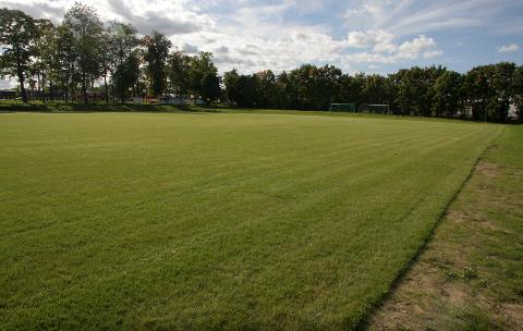 Jõhvi staadioni jalgpalliväljak on pärast aluspinnase tasandamist ja uue muru paigaldamist sile kui lennuväli. Järgmisel aastal saab seal pärast muru juurdumist ka jalgpalli mängida, peale selle kerkib peagi väljaku äärde ka 500kohaline tribüün.
