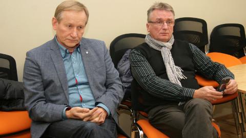 Kohtla volikogu esimees Arno Rossman (vasakul) ja Toila volikogu esimees Roland Peets 20. oktoobril Jõhvi volikogu istungit jälgimas. Nende näoilmest võib lugeda ilmselget pettumust volikogu otsuse üle.