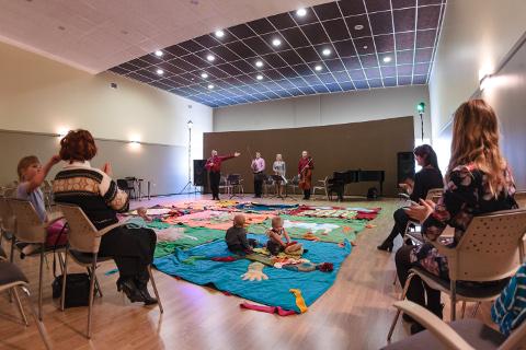 Narvas toimunud beebikontserdil kõlasid klassikalise muusika pärlid, mis sobisid hästi nii pupsikutele esimese kontserdielamuse saamiseks kui lastevanematele nautimiseks.