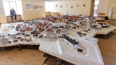 Narva peab seda maketti enda omaks, kuna selle autor Fjodor Šantsõn töötab linnavalitsuse arhitektuuri- ja linnaplaneerimise ametis ning materjalegi soetatakse eelarveraha eest. Autoriõigused aga kuuluvad eranditult meistrile.