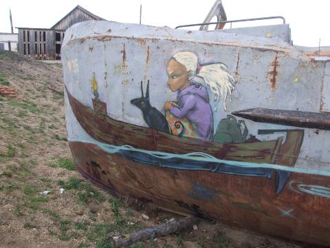 Hüljatuna näival Hužiri kalakombinaadi alal kohtab mitmeid suurepäraseid kunstiteoseid.