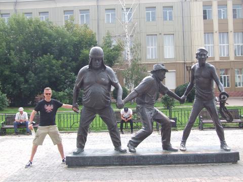 Irkutskis on mõjukas monument nõukogude kultusrežissöörile Leonid Gaidaile ja... Kaukaasia vangistajaile.