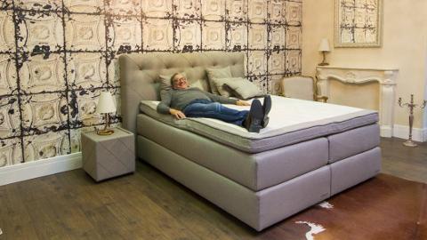 Osa luksusvoodite valmistamiseks vajalikest tekstiilidest valmib nüüd Narvas. Deluxi toodangut tutvustab pildil ettevõtte soomlasest omanik Göran Sjöholm. Kuninglike voodite hinnad jäävad vahemikku 1500 - 12 500 eurot.