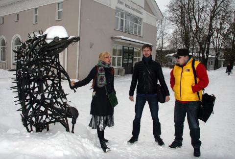 Kätlin Kaldmaa, Anti Saar ja Karl-Martin Sinijärv Jõhvi keskraamatukogu siiliga sinasõprust sõlmimas.