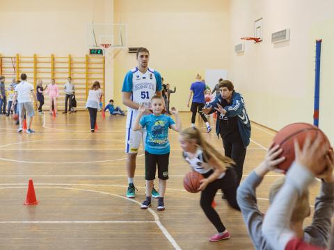 Reinar Hallik viis eile näidistreeninguid läbi kolmes Narva koolis. Kellelegi neist poistest ja tüdrukutest võib ta tulevikus kindlasti loota, muutes korvpalli populaarseks spordialaks ka Eesti suuruselt kolmandas linnas.