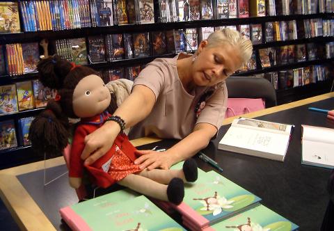 """Evelin Ilves on saanud kaante vahele """"Linnu lood"""", kunstnik Catherine Zarip on andnud Linnule väga vahva välimuse ning vabaõhumuuseumis meisterdati see kolme patsiga tüdrukutirts nukuks."""