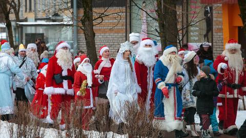 Jõulu- ja näärivanade lõbus rongkäik pani lapsed vaimustuma ning täiskasvanudki naeratama.