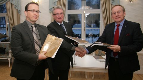 Tarmo Kütil (vasakult), Roland Peetsil ja Arno Rossmanil on põhjust rahul olla: ühinemisleping sai valmis.