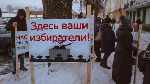 Lasteosakonna sulgemine ähvardas nii linna kui ka kohaliku haigla etteotsa kuuluvaid Narva tsentriste ebameeldivate poliitiliste tagajärgedega. See foto on tehtud 1. detsembril Narva linnavolikogu hoone ees toimunud piketil.